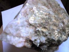 Pierre de quartz ramassé sur le chemin qui mène à la rivière