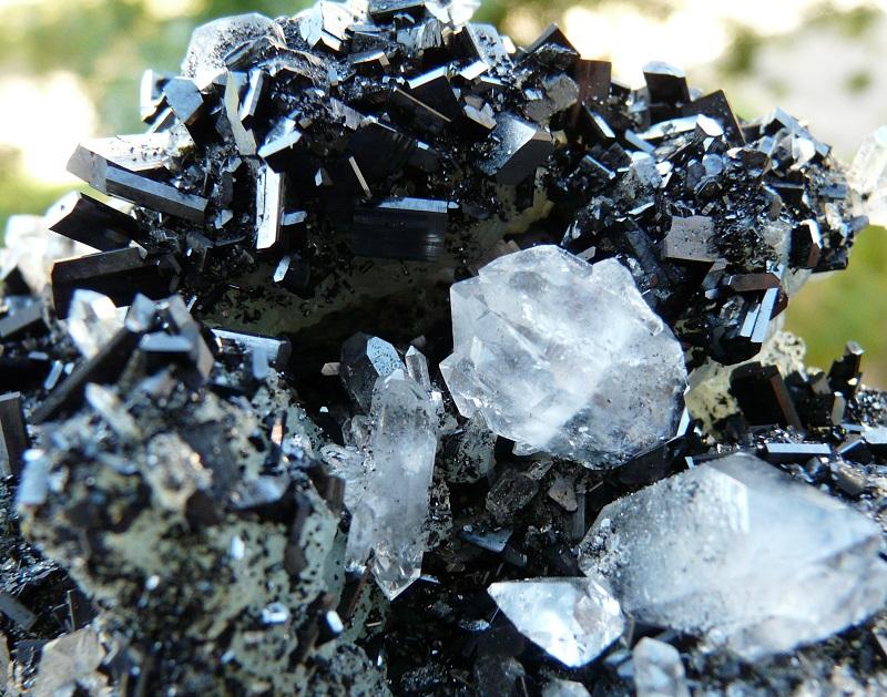 Babingtonite, Préhnite et quartz, Carrière Hongquizhen, Meigu county, Préfecture Liangshan autonomous, Province Sichuan, Chine.