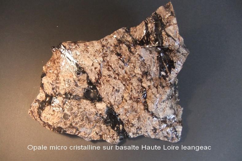 041 Opale micro cristalline sur balsalt Haute-Loire Mont Coupet.JPG
