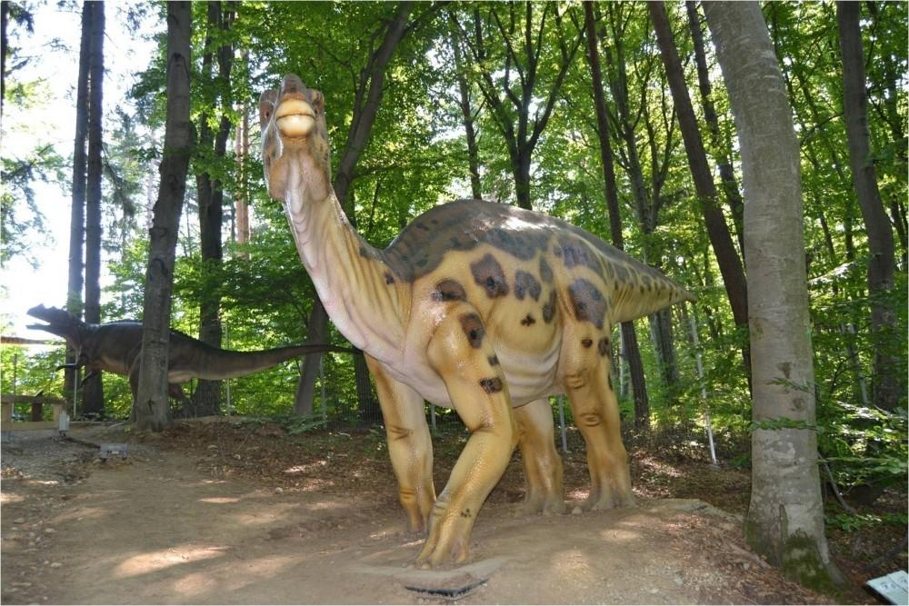 iguanodon en foret.jpg