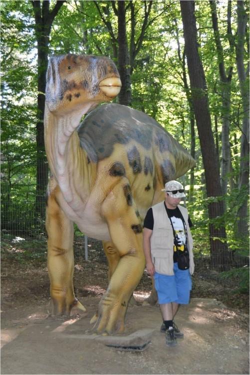 iguanodon et Alex.jpg