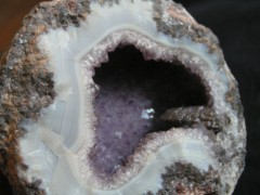 Géode d'Améthyste avec cristal de Calcite Brésil.JPG