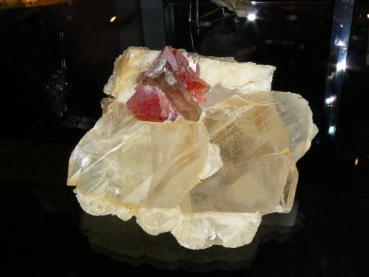 -fluorine-rose-quartz-calcite-mont-blanc.jpg