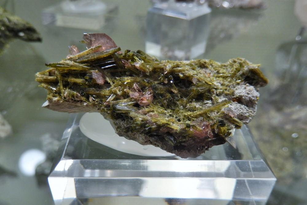 Axinite sur épidote, (Chamrousse, France).JPG