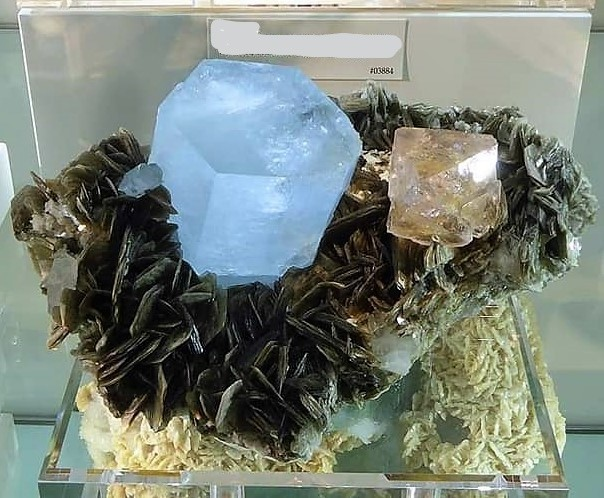 -aigue-marine-fluorite-nagar-hunza-gilgit-pakistan-mineral.jpg
