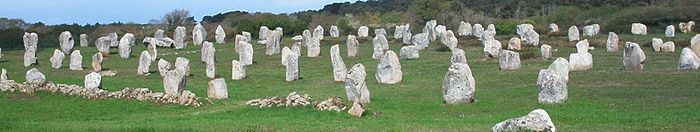 700px-Menhirs_carnac.jpg