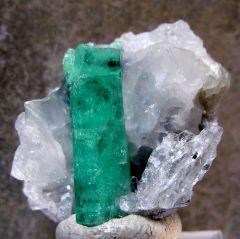 Emeraude sur Calcite